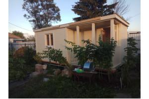 Бытовка 6х2,3м с крыльцом 1х2м и помещениями для душа и туалета